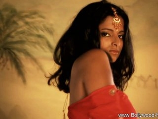 Bollywood Babe Loves To Expose Herself
