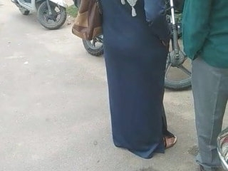 Desi burqha hot round gaand captured near bustop